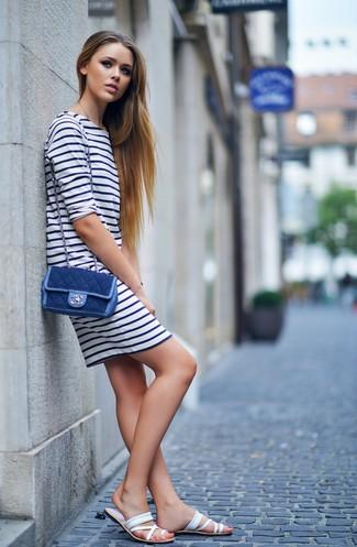 Cómo combinar: bolso bandolera vaquero azul marino, sandalias planas de cuero blancas, vestido casual de rayas horizontales en blanco y azul marino