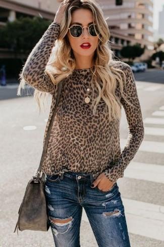 Look de moda: Gafas de sol negras, Bolso bandolera de cuero en marrón oscuro, Vaqueros pitillo desgastados azul marino, Jersey con cuello circular de leopardo marrón