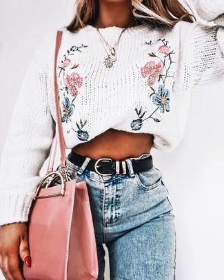 Cómo combinar: correa de cuero negra, bolso bandolera de cuero rosado, vaqueros pitillo celestes, jersey con cuello circular bordado blanco