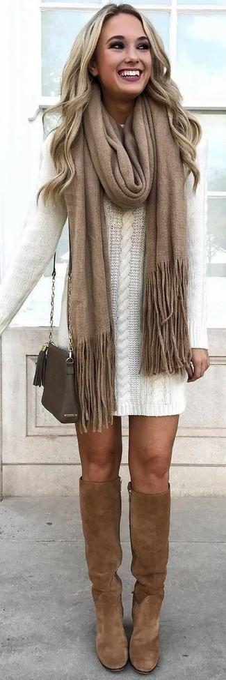 Combinar unas botas de caña alta de ante marrónes: Elige un vestido jersey blanco para cualquier sorpresa que haya en el día. Botas de caña alta de ante marrónes son una opción práctica para completar este atuendo.