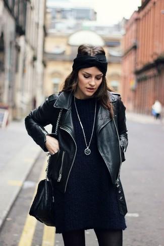 Cómo combinar: cinta para la cabeza de punto negra, bolso bandolera de cuero negro, vestido jersey azul marino, chaqueta motera de cuero negra