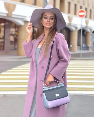 Cómo combinar: sombrero violeta claro, bolso bandolera de cuero violeta claro, vestido tubo gris, abrigo violeta claro