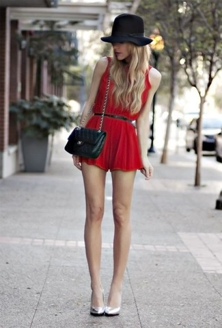 Cómo combinar: sombrero de lana negro, bolso bandolera de cuero acolchado negro, zapatos de tacón de cuero plateados, mono corto rojo