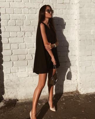 Outfits mujeres: Usa un vestido amplio negro para un almuerzo en domingo con amigos. Zapatos de tacón de cuero blancos son una opción excelente para completar este atuendo.