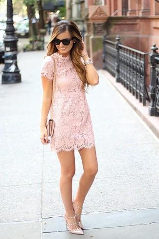 Cómo combinar: gafas de sol negras, bolso bandolera de cuero rosado, zapatos de tacón de cuero en beige, vestido recto de encaje rosado