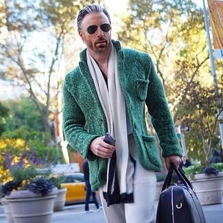 Cómo combinar: bufanda en blanco y negro, bolso baúl de cuero negro, pantalón de vestir gris, blazer de punto verde oscuro