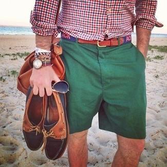 Cómo combinar: correa de lona estampada azul marino, bolso baúl de cuero en tabaco, pantalones cortos verde oscuro, camisa de manga larga de cuadro vichy en blanco y rojo y azul marino