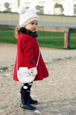 Cómo combinar: gorro blanco, bolso blanco, botas negras, abrigo rojo