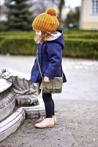 Cómo combinar: boina mostaza, bolso verde oliva, botas safari en beige, abrigo azul marino