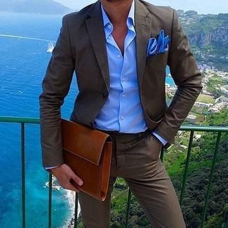 Cómo combinar: pañuelo de bolsillo azul, bolso con cremallera de cuero en tabaco, camisa de vestir azul, traje en marrón oscuro