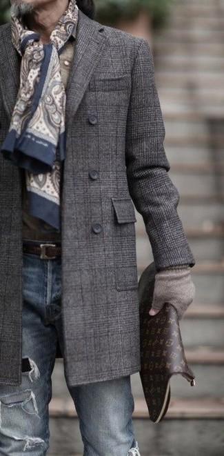 Cómo combinar: bufanda de paisley en beige, bolso con cremallera de cuero estampado en marrón oscuro, vaqueros pitillo desgastados azules, abrigo largo de tartán en gris oscuro