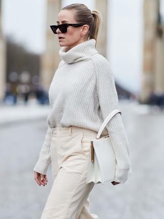 Cómo combinar: gafas de sol negras, bolso de hombre de cuero blanco, pantalones anchos de pana en beige, jersey de cuello alto de lana de punto blanco