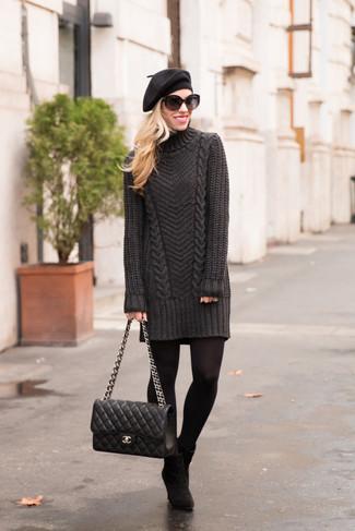 Cómo combinar: boina negra, bolso de hombre de cuero acolchado negro, botines de ante negros, vestido jersey en gris oscuro