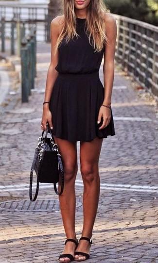 Cómo combinar: bolso de hombre de ante negro, sandalias planas de ante negras, vestido skater negro