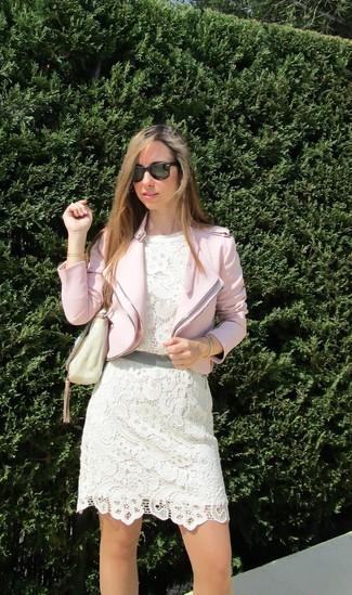 Una chaqueta motera de vestir con un vestido de fiesta
