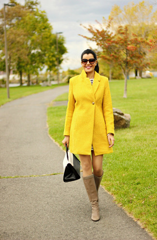Cómo combinar: bolso de hombre de cuero en blanco y negro, botas de caña alta de cuero marrón claro, abrigo amarillo
