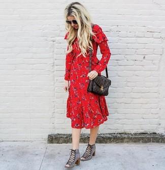 Cómo combinar: bolso de hombre de cuero estampado en marrón oscuro, botines con cordones de ante con recorte grises, vestido midi con print de flores rojo