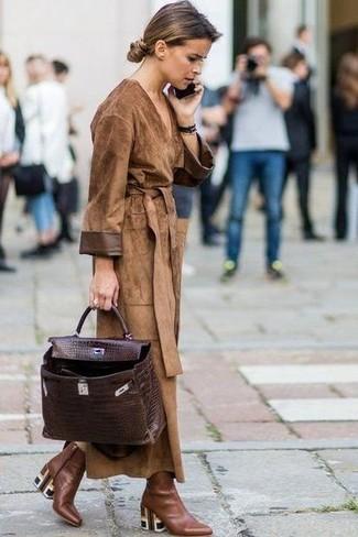 Cómo combinar: bolso de hombre de cuero en marrón oscuro, botines de cuero marrónes, gabardina de ante marrón