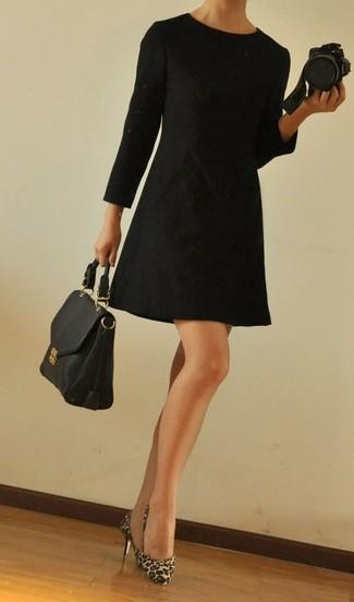Combinar unos zapatos de tacón de pelo de becerro de leopardo marrón claro: Utiliza un vestido recto negro para un lindo look para el trabajo. Zapatos de tacón de pelo de becerro de leopardo marrón claro son una opción muy buena para completar este atuendo.
