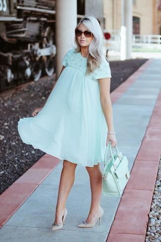 Combinar un bolso de hombre: Utiliza un vestido amplio en verde menta y un bolso de hombre para un look agradable de fin de semana. Zapatos de tacón de ante con adornos en beige son una opción incomparable para complementar tu atuendo.