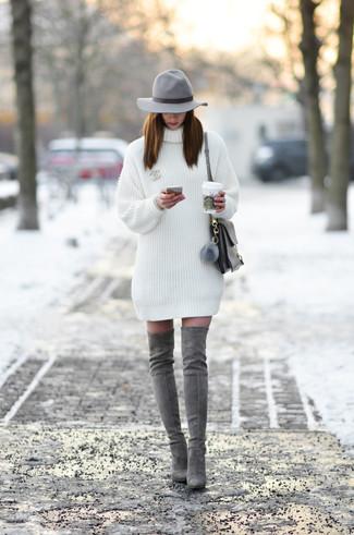 Cómo combinar: sombrero de lana gris, bolso de hombre de cuero gris, botas sobre la rodilla de ante grises, vestido jersey blanco