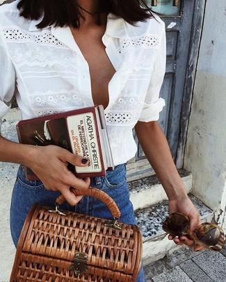 Cómo combinar: gafas de sol marrónes, bolso de hombre de lona marrón, vaqueros azules, camisa de vestir con ojete blanca