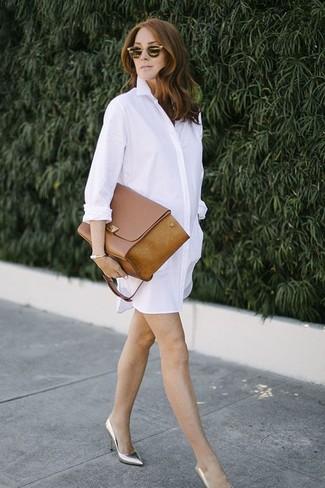 Combinar un bolso de hombre: Una vestido camisa blanca y un bolso de hombre son una opción estupenda para el fin de semana. Zapatos de tacón de cuero plateados son una opción muy buena para complementar tu atuendo.
