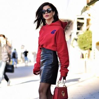 Combinar unas medias de red negras: Emparejar una sudadera con capucha roja con unas medias de red negras es una opción excelente para el fin de semana.