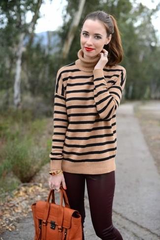 Outfits mujeres: Usa un jersey de cuello alto de rayas horizontales marrón claro y unos pantalones pitillo de cuero burdeos para crear una apariencia elegante y glamurosa.