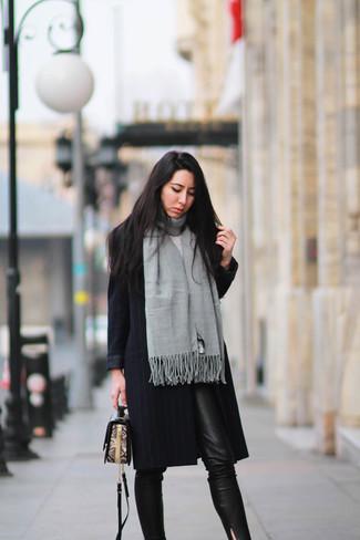 Cómo combinar unos pantalones pitillo negros con un abrigo negro (34 ... b2877aba3825