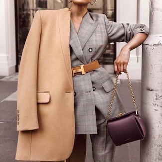 Cómo combinar: cinturón de cuero marrón claro, bolso de hombre de cuero morado oscuro, traje de tartán gris, abrigo marrón claro