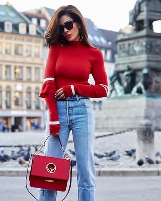 Combinar unos vaqueros celestes: Empareja un jersey de cuello alto rojo con unos vaqueros celestes para conseguir una apariencia glamurosa y elegante.
