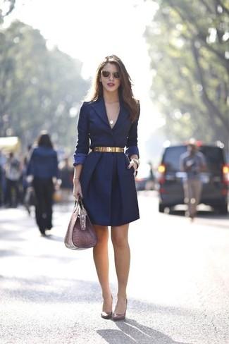 Cómo combinar: correa dorada, bolso de hombre de cuero morado, zapatos de tacón de cuero burdeos, abrigo azul marino