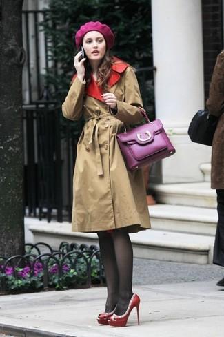 Cómo combinar: boina morado, bolso de hombre de cuero morado, zapatos de tacón de cuero con tachuelas rojos, gabardina marrón claro