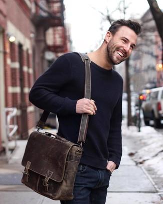 Combinar un bolso mensajero de cuero en marrón oscuro: Intenta combinar un jersey con cuello circular azul marino junto a un bolso mensajero de cuero en marrón oscuro para un look agradable de fin de semana.