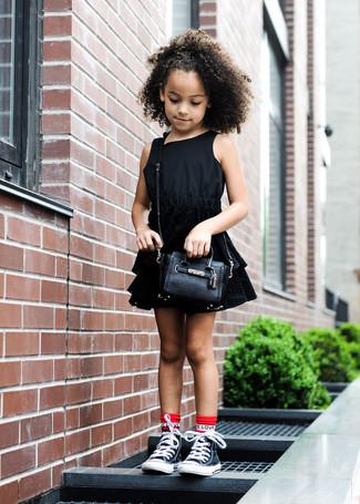 Cómo combinar: calcetines rojos, bolso negro, zapatillas negras, vestido negro