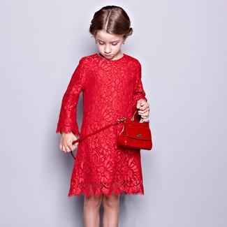 Cómo combinar: bolso rojo, vestido de encaje rojo