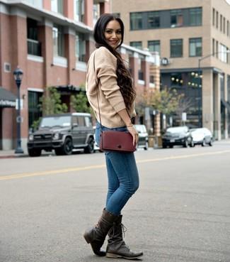 Cómo combinar: bolso bandolera de cuero burdeos, botas a media pierna de cuero en marrón oscuro, vaqueros pitillo azules, jersey oversized de punto marrón claro