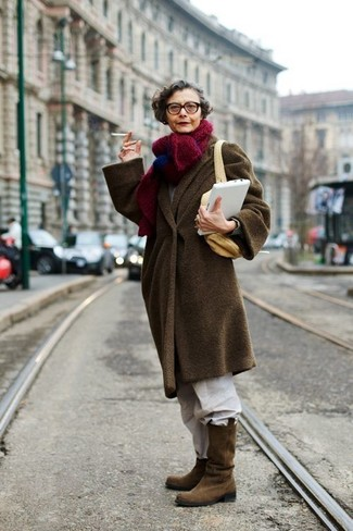 Cómo combinar: bolso bandolera de lona marrón claro, botas a media pierna de ante marrónes, pantalón chino blanco, abrigo en marrón oscuro