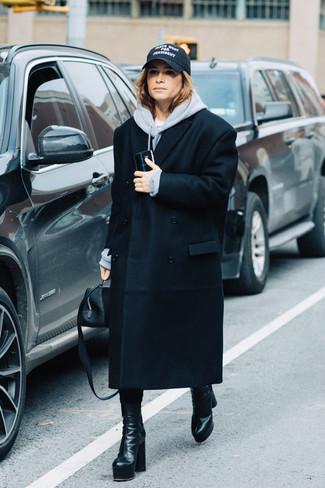 Cómo combinar: cartera de cuero negra, botas a media pierna de cuero negras, sudadera con capucha gris, abrigo negro