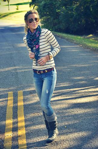 Cómo combinar: correa de cuero en marrón oscuro, botas a media pierna de cuero negras, vaqueros azules, jersey con cuello circular de rayas horizontales en blanco y azul marino