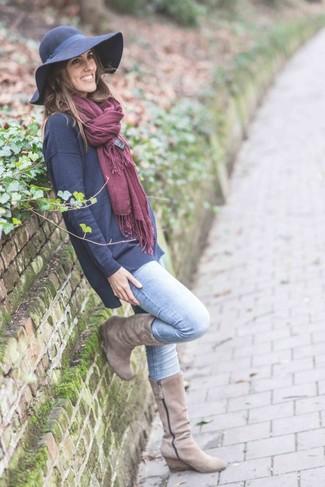 Cómo combinar: sombrero de lana azul marino, botas a media pierna de ante en beige, vaqueros celestes, jersey oversized azul marino