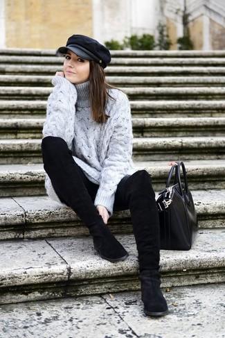 Cómo combinar: bolsa tote de cuero negra, botas a media pierna de ante negras, vaqueros pitillo negros, jersey de cuello alto de lana de punto gris
