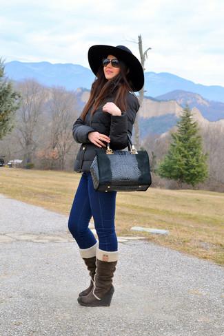 Cómo combinar: bolsa tote de cuero con print de serpiente negra, botas a media pierna de ante en marrón oscuro, vaqueros pitillo azul marino, plumífero negro