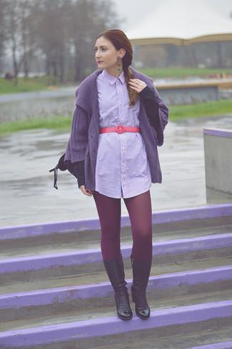 Cómo combinar: mochila de cuero negra, botas a media pierna de cuero negras, vestido camisa de rayas verticales gris, cárdigan de punto morado