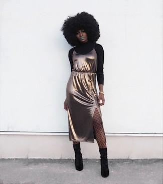 Cómo combinar: reloj dorado, botas a media pierna de ante negras, vestido camisola de seda dorado, jersey de cuello alto negro