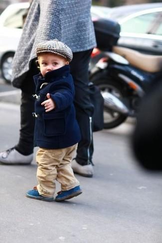 Cómo combinar: botas azules, pantalones marrón claro, chaqueta azul marino