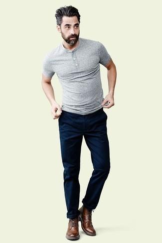 Combinar unas botas brogue de cuero marrónes: Opta por una camiseta henley gris y un pantalón chino azul marino para cualquier sorpresa que haya en el día. Haz botas brogue de cuero marrónes tu calzado para mostrar tu inteligencia sartorial.