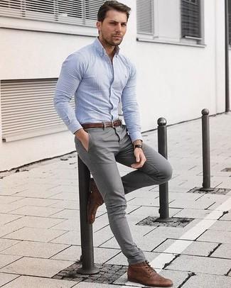 Cómo combinar: correa de cuero marrón, botas brogue de cuero marrónes, pantalón chino gris, camisa de vestir de rayas verticales celeste