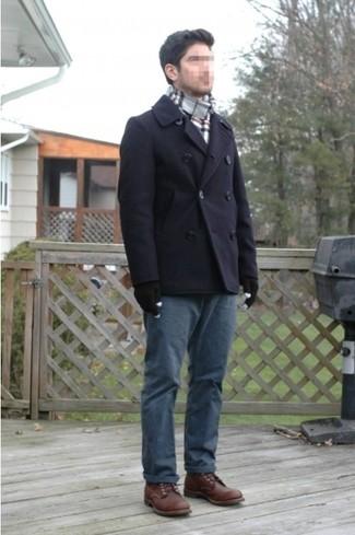 Cómo combinar: bufanda de tartán gris, botas brogue de cuero en marrón oscuro, pantalón chino azul marino, chaquetón azul marino